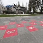 Een stoepspel op een buitenspeelplaats van MOC 't Kabouterhuis.