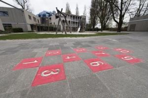 Hinkspel op een plein van MOC 't Kabouterhuis. Het beeld hoort bij de ervaring van de moeder van Robin.
