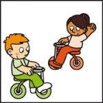 Tekening van Tim die met een ander kind van 't Kabouterhuis aan het fietsen is.